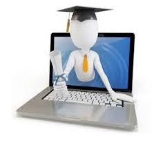 egresado de estudios a distancia con diploma saliendo desde la pc